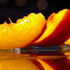 Используем натуральные средства для лица, например, персиковое масло!