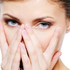 Замучали  отеки под глазами? Рассмотрим причины их появления и методы лечения в домашних условиях
